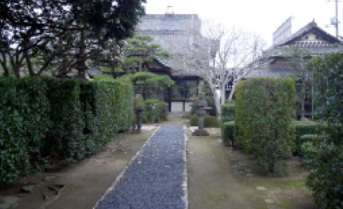 正門から玄関まで